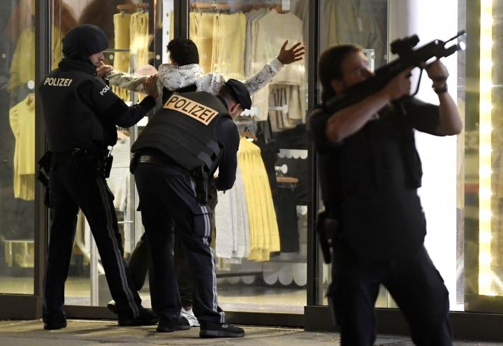 Cảnh sát khám người một khách vãng lai tại khu phố mua sắm Mariahilferstrasse, nơi cũng diễn ra một vụ tấn công nhằm vào một quán bar - Ảnh: Roland Schlager (APA / AFP)