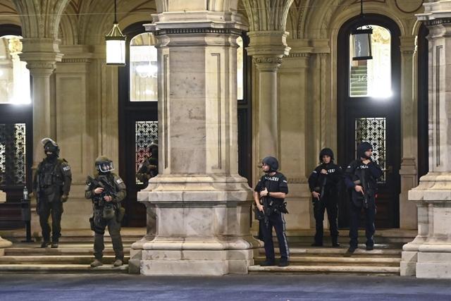 Cảnh sát bảo vệ Nhà hát Opera Quốc gia Vienna (Wiener Staatsoper), biểu tượng văn hóa của nước Áo - Ảnh: Joe Klamar (AFP)
