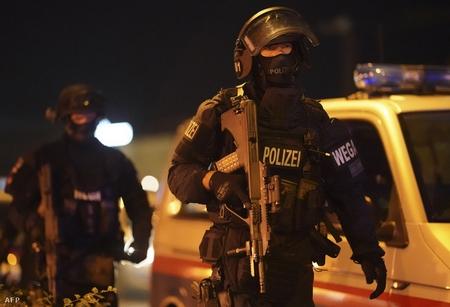 Cảnh sát tuần tra tại Schwedenplatz - Ảnh: Georg Hochmuth (AFP)