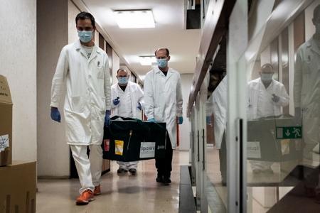 Vaccine Nga được chở tới Budapest - Ảnh: Bộ Ngoại giao Hungary/ AFP