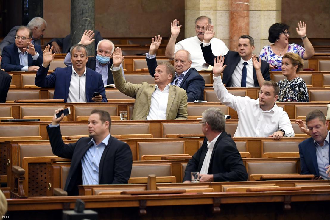 Các dân biểu đối lập trong Quốc hội Hung cũng đồng tình việc tái ban bố tình trạng khẩn cấp trong 90 ngày - Ảnh: Kovács Tamás (MTI)