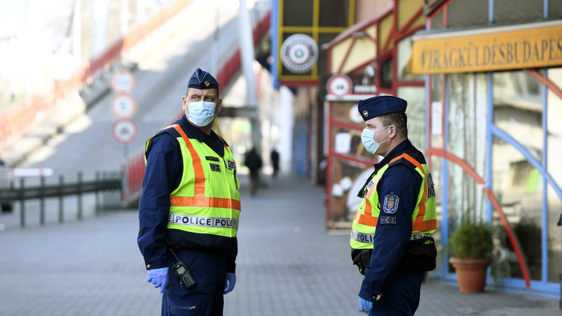 Cảnh sát được chỉ thị giám sát nghiêm ngặt việc thực hiện các biện pháp phòng dịch - Ảnh: index.hu