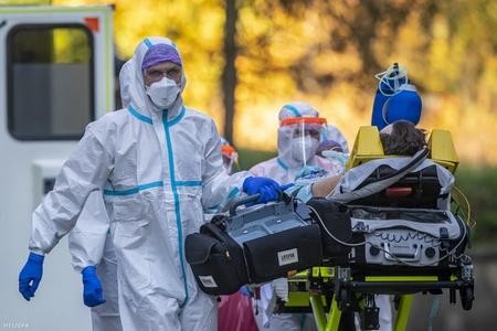 Đại dịch Covid-19 hủy hoại ghê gớm về mặt tinh thần - Ảnh: Martin Divisek (MTI / EPA)