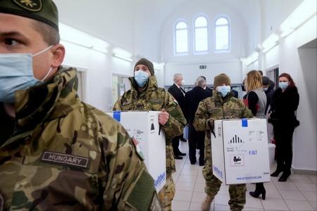 Vaccine được chuyên chở tới các địa chỉ cần thiết - Ảnh: Koszticsák Tibor (MTI/ AFP)