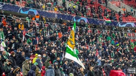 Giữa mùa dịch, ở Châu Âu vẫn có những trận đấu đông nghịt khán giả! - Ảnh: Marjai János (24.hu)