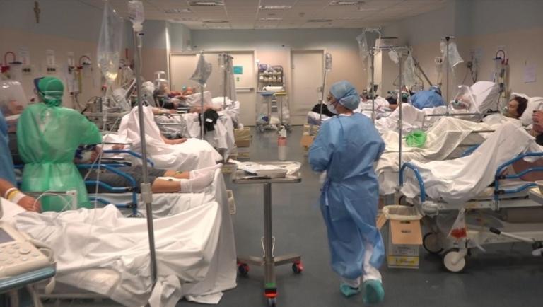 Tình trạng khủng khiếp tại các bệnh viện Ý vào mùa xuân do quá tải và quá đông bệnh nhân nhiễm Covid-19 - Ảnh: Sky News
