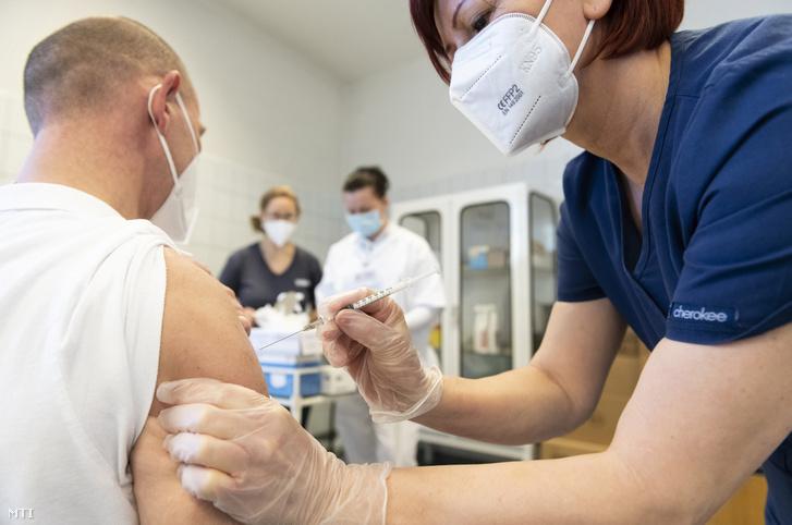Leszkoven János, một trong những bác sĩ trưởng của Phòng Chăm sóc Đặc biệt Covid-19 được tiêm chủng tại TP. Nyíregyháza, ngày 27/12/2020 - Ảnh: Balázs Attila (MTI)