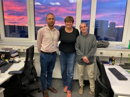 Nhóm nghiên cứu người Hungary của công ty BioNTech: (trái sang) nà nghiên cứu tim mạch Gábor Szabó, GS. TS. hóa sinh Karikó Katalin và nhà sinh học phân tử Boros Gábor (2019, Mainz, Đức) - Ảnh: Karikó Katalin