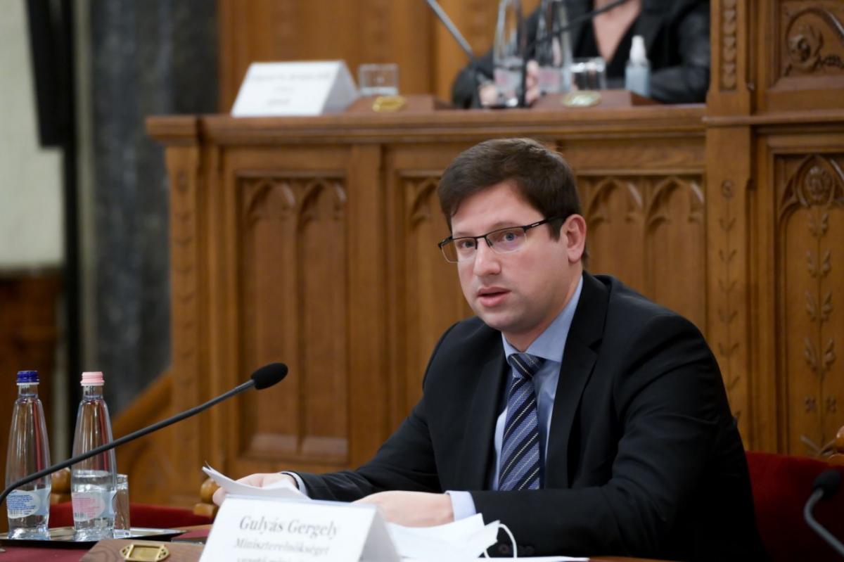 Bộ trưởng phụ trách Văn phòng Chính phủ Gulyás Gergely, người hiện có thẩm quyền đề xuất tước quốc tịch - Ảnh: koronavirus.hu