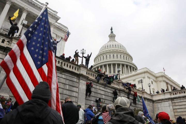 Đám đông ủng hộ Donald Trump tràn vào Điện Captol - Ảnh: Jim Urquhart (Reuters)