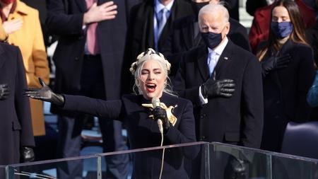 Lady Gaga bay bổng trong màn trình diễn Quốc ca Hoa Kỳ tại lễ tuyên thệ và nhậm chức của Joe Biden, ngày 20-1-2021 - Ảnh: Alex Wong