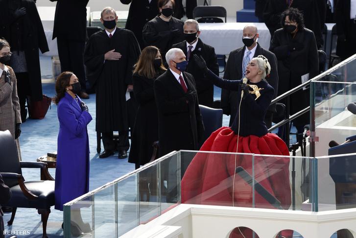 """""""Tôi cầu nguyện để ngày mai sẽ là một ngày hòa bình cho tất cả người Mỹ (...) một ngày của tình yêu, không phải là ngày của hận thù, ngày của sự chấp nhận, không phải là ngày của sợ hãi, đó là ngày để dám mơ về một tương lai tốt đẹp và hạnh phúc hơn..."""" - Ảnh: Brendan McDermid (Reuters)"""