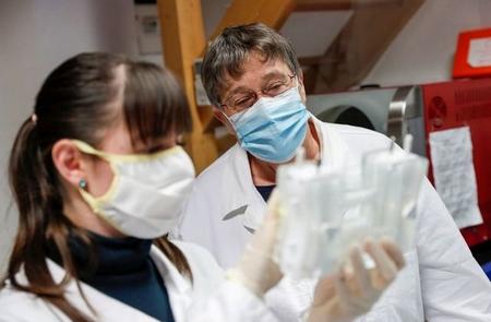 Bà Lukács Noemi và nhà sinh học trẻ Török Alexandra tại phòng thí nghiệm ở làng Szirák, ngày 13-11-2020 - Ảnh: Szabó Bernadett (Reuters)