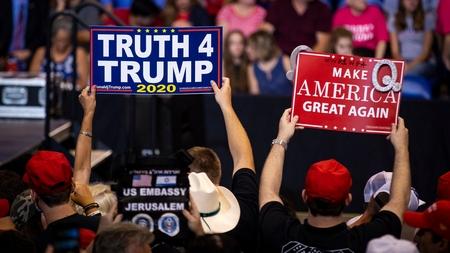 QAnon, nguồn gốc của nhiều tin vịt và thuyết âm mưu, đã tỏ ra sùng bái mù quáng ứng viên Donald Trump - Ảnh: nytimes.com