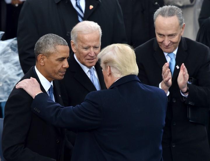 Barack Obama và Joe Biden trong lễ tuyên thệ tổng thống của Donald Trump, ngày 20/1/2017. Giờ, sẽ không có cuộc gặp mặt như thế này - Ảnh: Paul J. Richards (AFP)