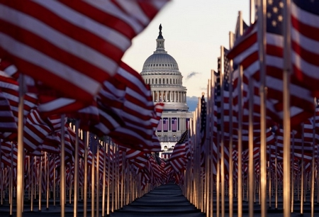 200 ngàn lá cờ Mỹ cắm trước Điện Capitol - Ảnh: Allison Shelley (Reuters)