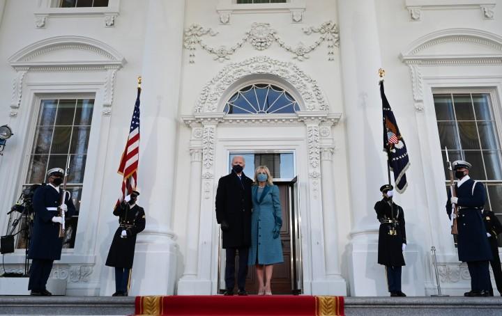 Tân tổng thống Joe Biden và Đệ nhất Phu nhân Jill Biden tới Tòa Bạch Ốc - Ảnh: Jim Watson (AFP)