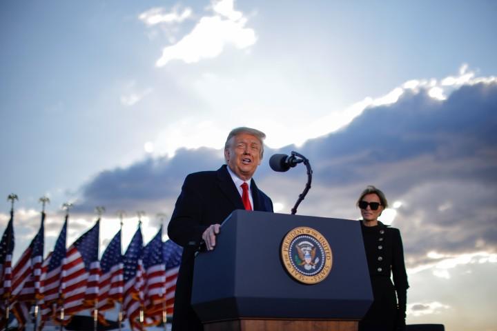 Tổng thống mãn nhiệm Donald Trump trong lễ chia tay tại căn cứ không quân Andrews - Ảnh: Carlos Barria (Reuters)