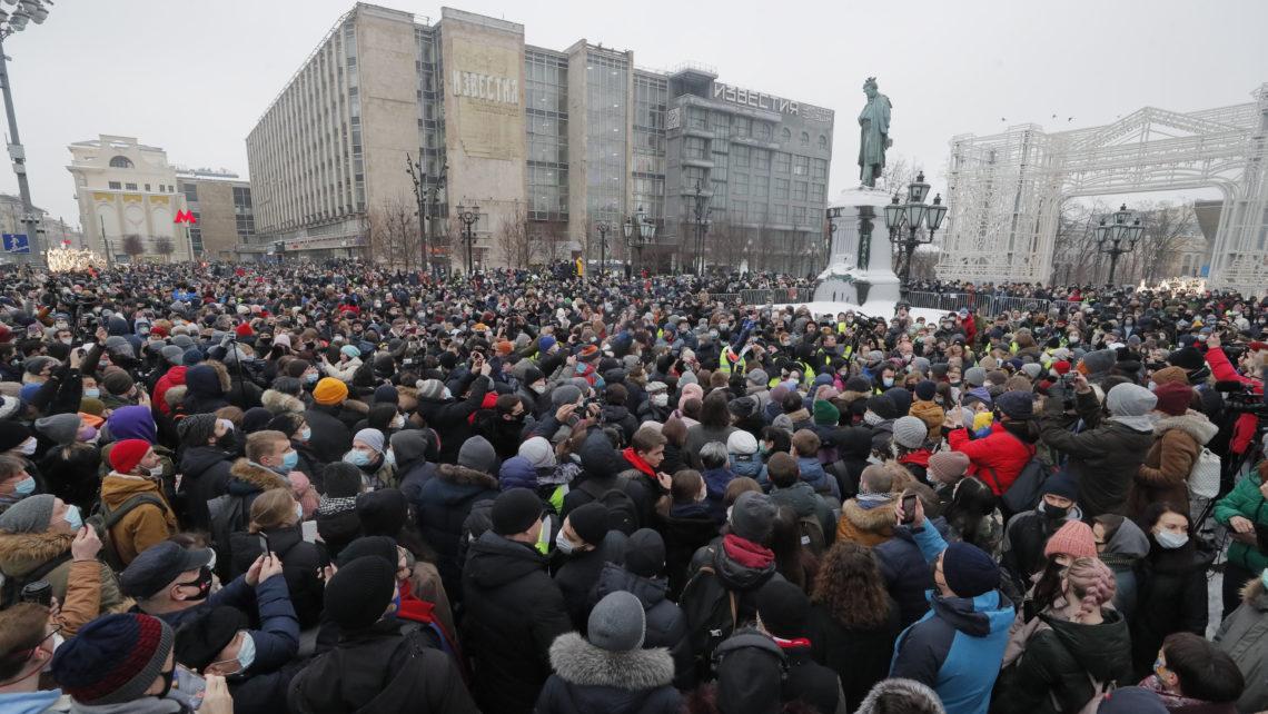Người dân Nga xuống đường phản đối chính quyền Putin - Ảnh: Maxim Shipenkov (MTI/EPA)