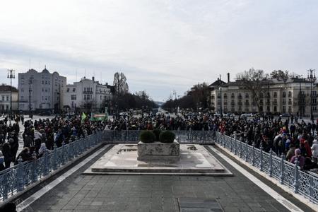 Người biểu tình tập trung trước mộ các anh hùng tại Quảng trường Anh hùng, Budapest - Ảnh: Ivándi-Szabó Balázs (24.hu)