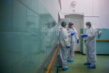 Các bác sĩ mặc đồ bảo hộ tại khu điều trị bệnh nhân Covid-19, Bệnh viện Szent János, Budapest ngày 15/12/2020 - Ảnh: Balogh Zoltán (MTI)