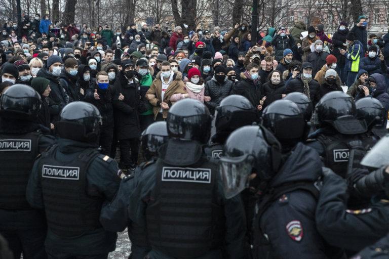 Cảnh sát dã chiến đối mặt với đoàn người biểu tình tại Moscow, ngày 23/1/2021 - Ảnh: Pavel Golovkin (MTI/EPA)