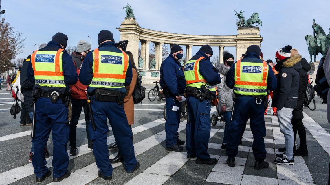 Cảnh sát kiểm tra giấy tờ người biểu tình - Ảnh: Ivándi-Szabó Balázs (24.hu)