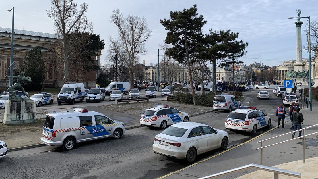 Rất đông cảnh sát tại hiện trường - Ảnh: Sóki Tamás (index.hu)