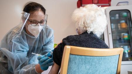 Tiêm chủng vaccine của Pfizer-BioNTech tại một viện dưỡng lão ở Budapest, ngày 31-1-2021 - Ảnh: Mohai Balázs (MTI)