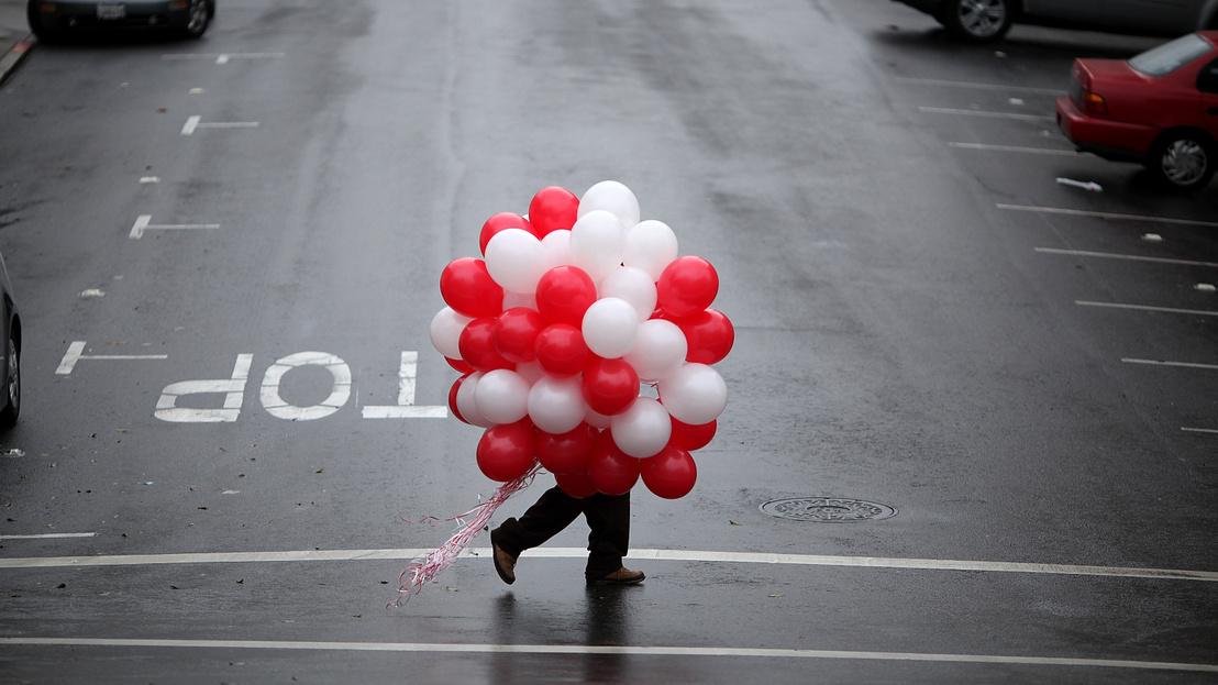 Một người đàn ông với chùm bóng bay trong Lễ Tình nhân năm 2011 - Ảnh: Justin Sullivan