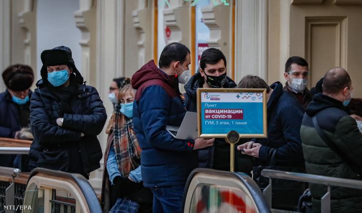 Chờ đợi để được chích ngừa Sputnik V trước điểm tiêm chủng được thiết lập tại cửa hàng GUM, Moscow ngày 19/1/2021 - Ảnh: Yuri Kocsetkov (MTI/ EPA)