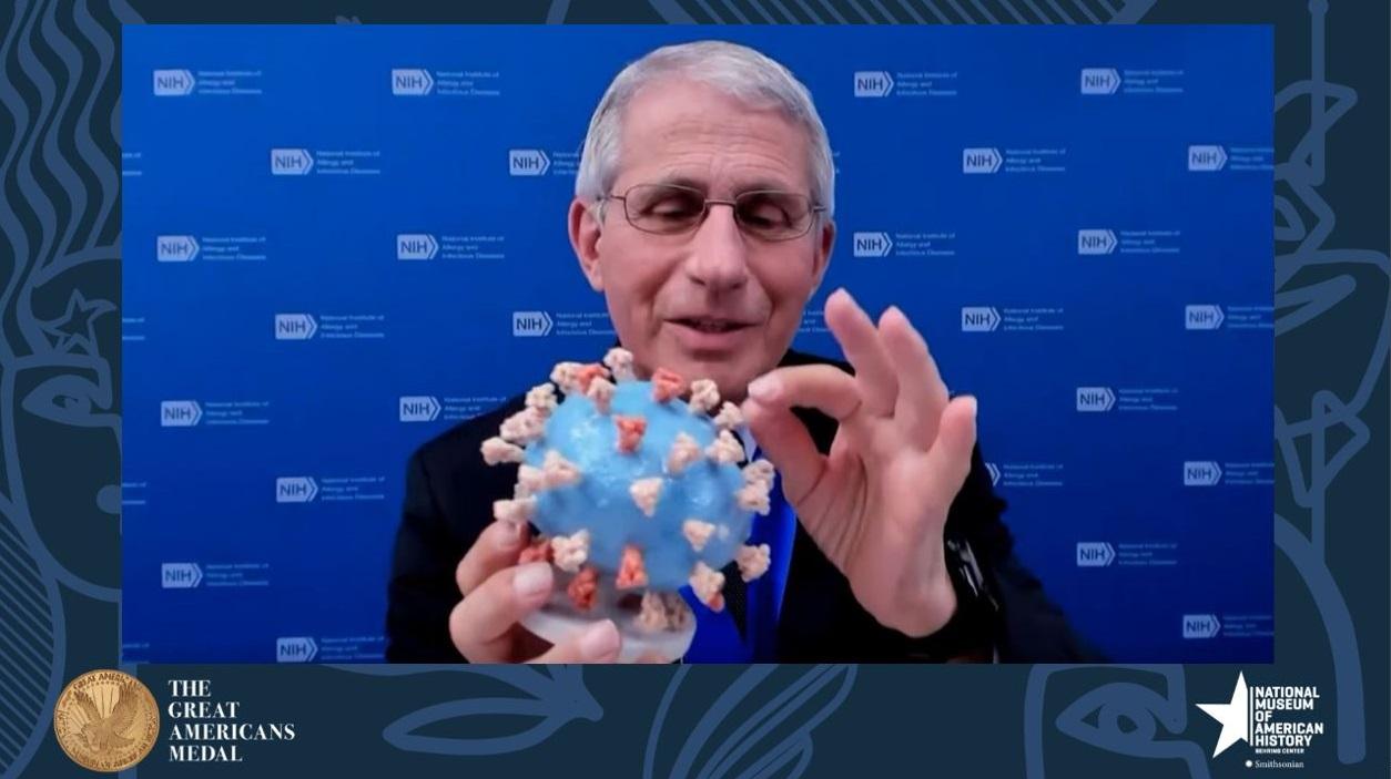Nhà khoa học Anthony Fauci tặng mô hình Coronavirus của ông cho Bảo tàng Lịch sử Quốc gia Mỹ - Ảnh: americanhistory.si.edu